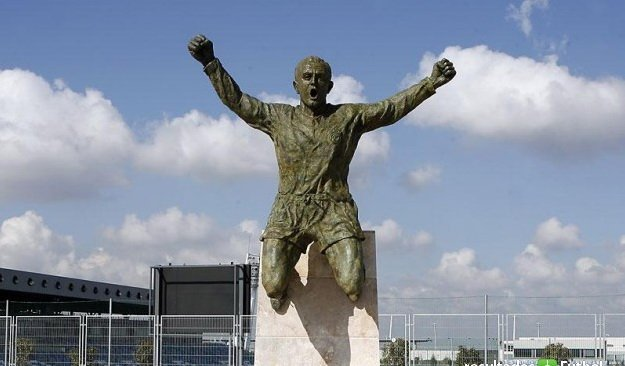 نتيجة بحث الصور عن di stefano statue