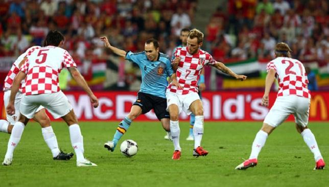 راكيتيتش وإنييستا يتنافسان على الكرة في يورو 2012