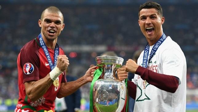 رونالدو وبيبي يرفعان كأس أمم أوروبا