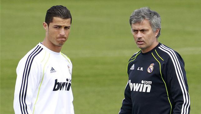 كريستيانو رونالدو إلى جانب المدرب البرتغالي جوزيه مورينيو
