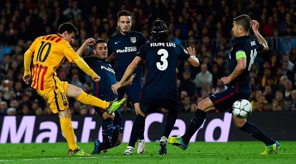 ليونيل ميسي وسط مجموعة من لاعبي أتلتيكو مدريد