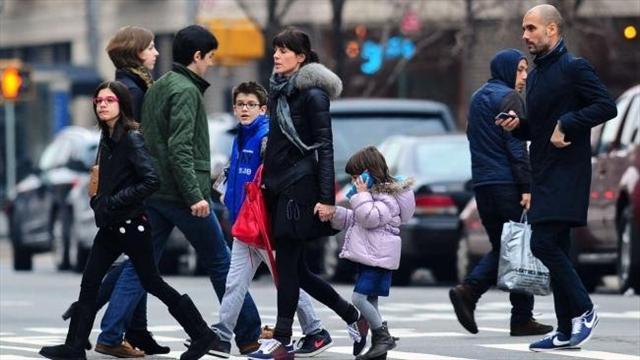 غوارديولا يسير برفقة زوجته وأطفال.