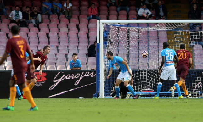 NAPLES, ITALY - OCTOBER 15: Edin Dzeko of Roma scores his team's second goal during the Serie A match between SSC Napoli and AS Roma at Stadio San Paolo on October 15, 2016 in Naples, Italy. (Photo by Maurizio Lagana/Getty Images)