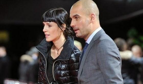 غوارديولا يظهر مع زوجته في إحدى المناسبات العامة.