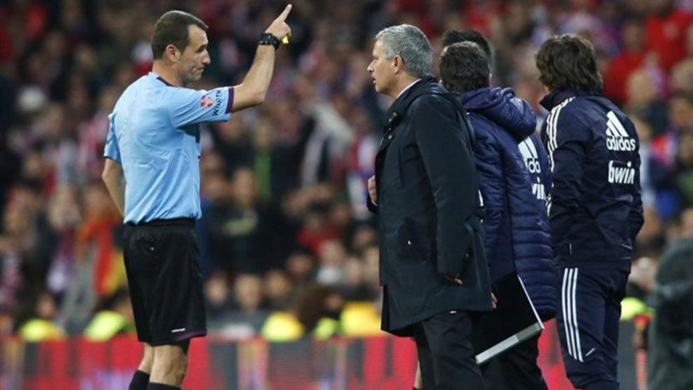 كلوس جوميز يطلب من مورينيو مغادرة الملعب