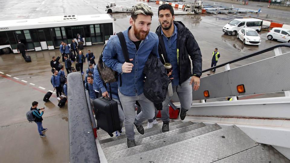 لويس سواريز وليونيل ميسي يصعدان للطائرة المتجهة إلى جلاسكو