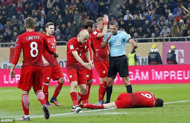 ليفاندوفسكي كاد أن يخسر عينه في مباراة بولندا ورومانيا  ليفاندوفسكي كاد أن يخسر عينه في مباراة بولندا ورومانيا