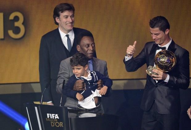 رونالدو أثناء تتويجه بالجائزة