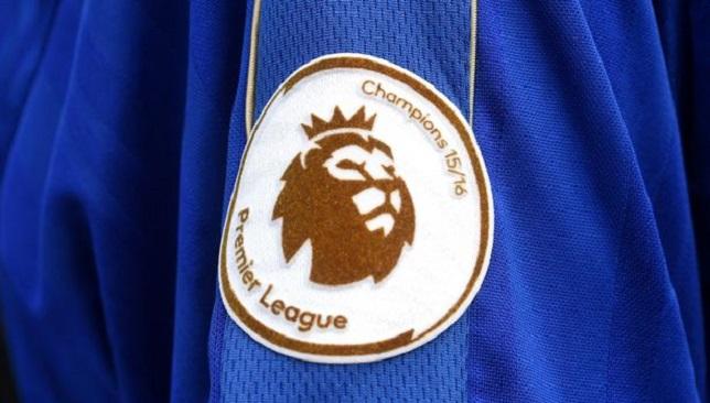 شعار بطل الدوري الإنجليزي الممتاز على أكمام لاعبي ليستر سيتي