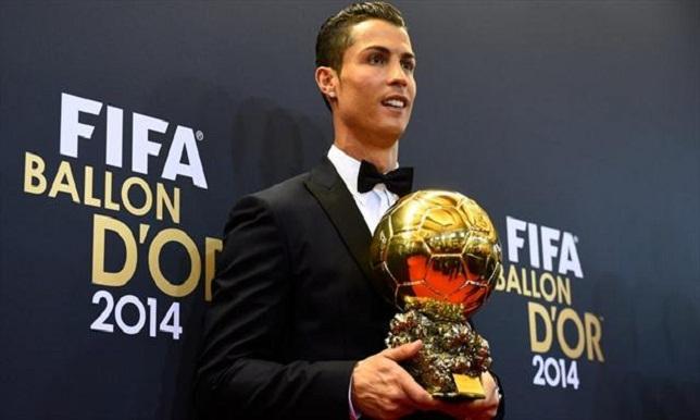 """رونالدو يقدم لنزلاء فندقه """"الكرة الذهبية""""!"""