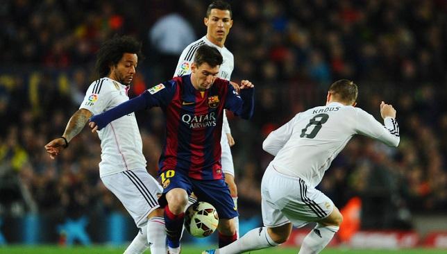 ميسي في مواجهة مدافعي ريال مدريد
