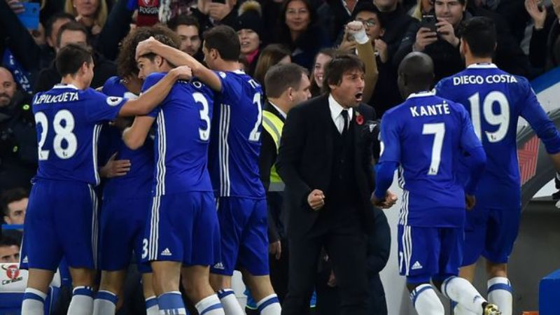 Chelseas-Eden-Hazard-celebrates-scoring-their-first-goal-with-team-mates-and-Chelsea-manager-Antoni