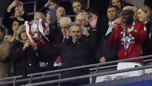 مورينيو يرفع كأس رابطة المحترفين الإنجليزية
