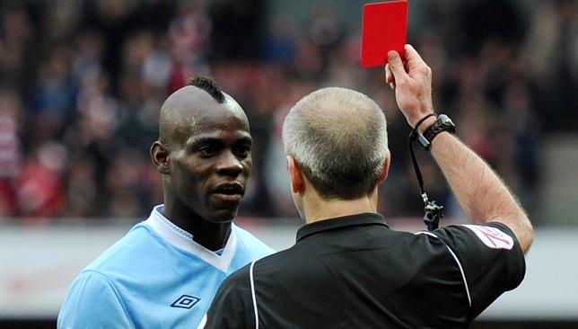 بالوتيلي يتلقى البطاقة الحمراء بقميص مانشستر سيتي