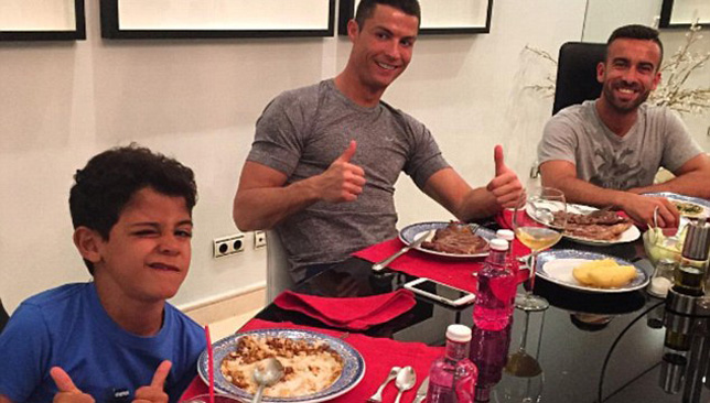 37F9C7BA00000578-3774801-Regufe_shares_a_meal_with_Cristiano_Junior_and_Ronaldo_a_picture-a-41_1473177978377