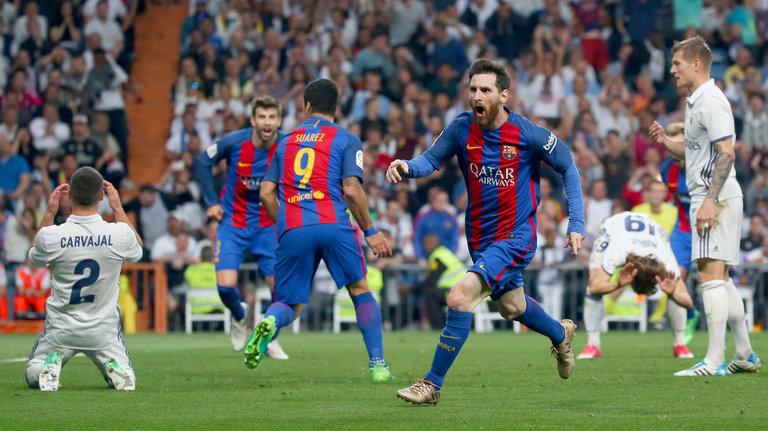 ميسي يحتفل بهدف الفوز في شباك ريال مدريد
