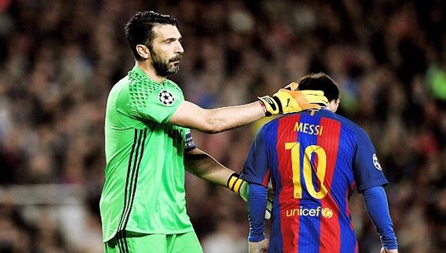 بوفون حارس مرمى فريق يوفنتوس الإيطالي يواسي ميسي نجم برشلونة الإسباني بعد الخروج من دوري الأبطال