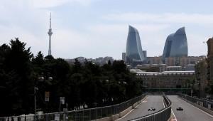 صورة لسيارات الفورمولا 1 تجوب حلبة شوارع باكو