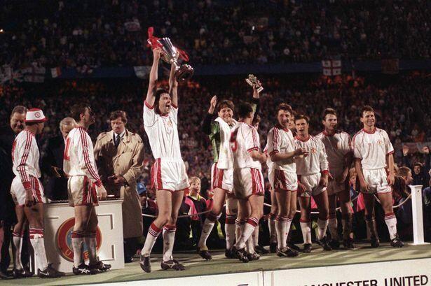 فريق مانشستر يونايتد الذي فاز على برشلونة عام 1991