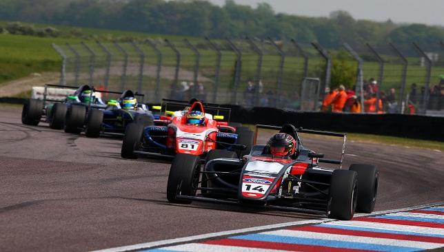 كارل مسعد في منافسة مع نخبة السائقين على الحلبة خلال السباق