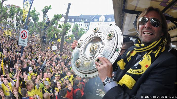 كلوب يحمل درع الدوري الألماني الذي فاز به مع دورتموند عام 2015