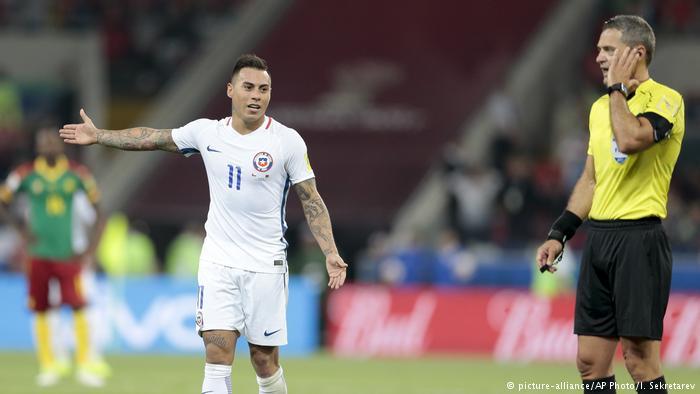 حكم الساحة يتواصل مع حكم الفيديو للتأكد من صحة هدف منتخب التشيلي وسط ترقب اللاعبين