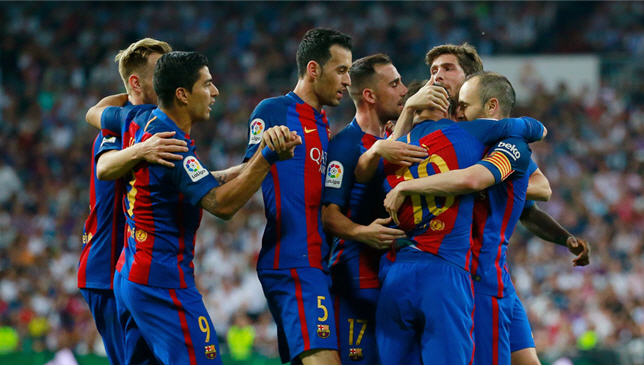 احتفال لاعبي برشلونة في مباراة الكلاسيكو