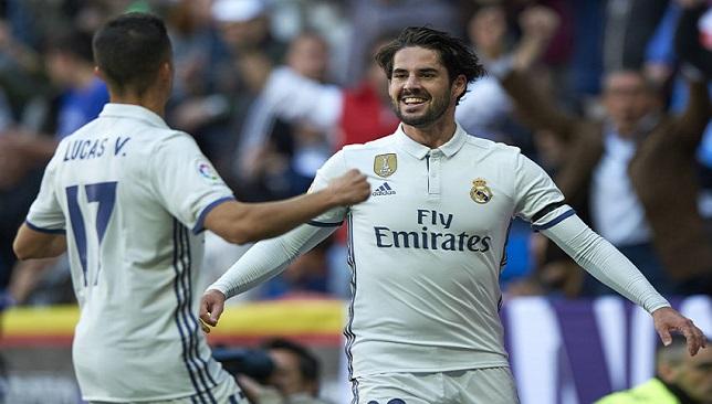 إيسكو لاعب فريق ريال مدريد الإسباني بجانب زميله فاسكيز