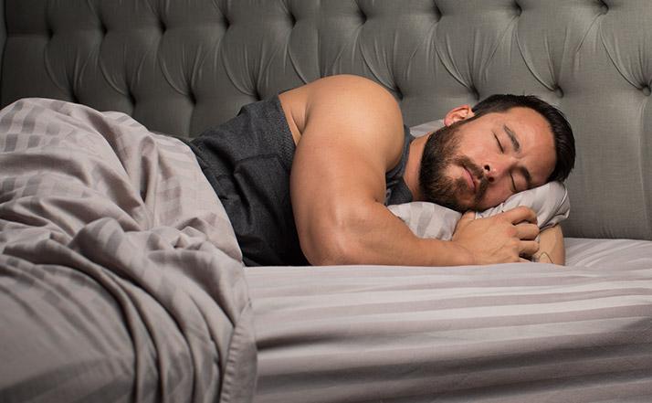 طريقة النوم واكتساب العضلات
