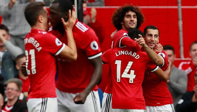 لاعبو مانشستر يونايتد يحتفلون بالفوز على إيفرتون