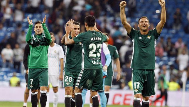 لاعبو ريال بيتيس يحتفلون بفوزهم على ريال مدريد