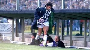روبرتو باجيو ورمي وشاح فيورنتينا عليه