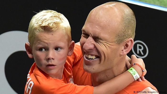 روبن مع ابنه. يقول روبن إن ابنه الناشيء الصغير في فريق غرونفالد يتدرب بشكل أفضل منه شخصيا تحت قيادة أنشيلوتي