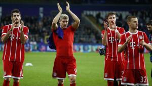 لاعبو بايرن ميونخ  يوجهون التحية للمشجعين بعد نهاية المباراة