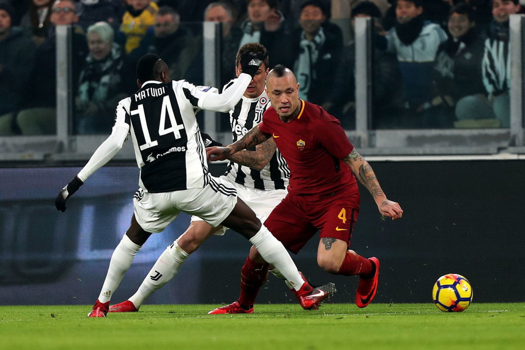 TURIN, ITALY - DECEMBER 23: Blaise Msatuidi of Juventus battles for the ball with Radja Nainggolan of AS Roma during the serie A match between Juventus and AS Roma at the Alliannz Stadium on December 23, 2017 in Turin, Italy.  (Photo by Gabriele Maltinti/Getty Images)