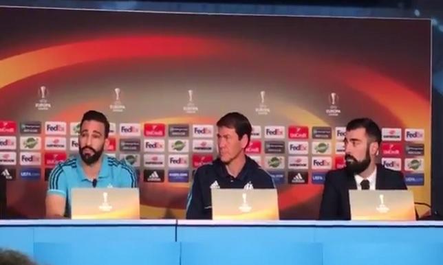 مدافع مارسيليا يغني في المؤتمر الصحفي قبل المباراة الأوروبية الهامة! -  فيديو -  سبورت 360 عربية