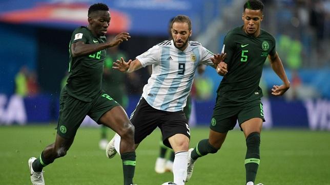 لاعب الأهلي يساند منتخب نيجيريا بعد الخروج من المونديال