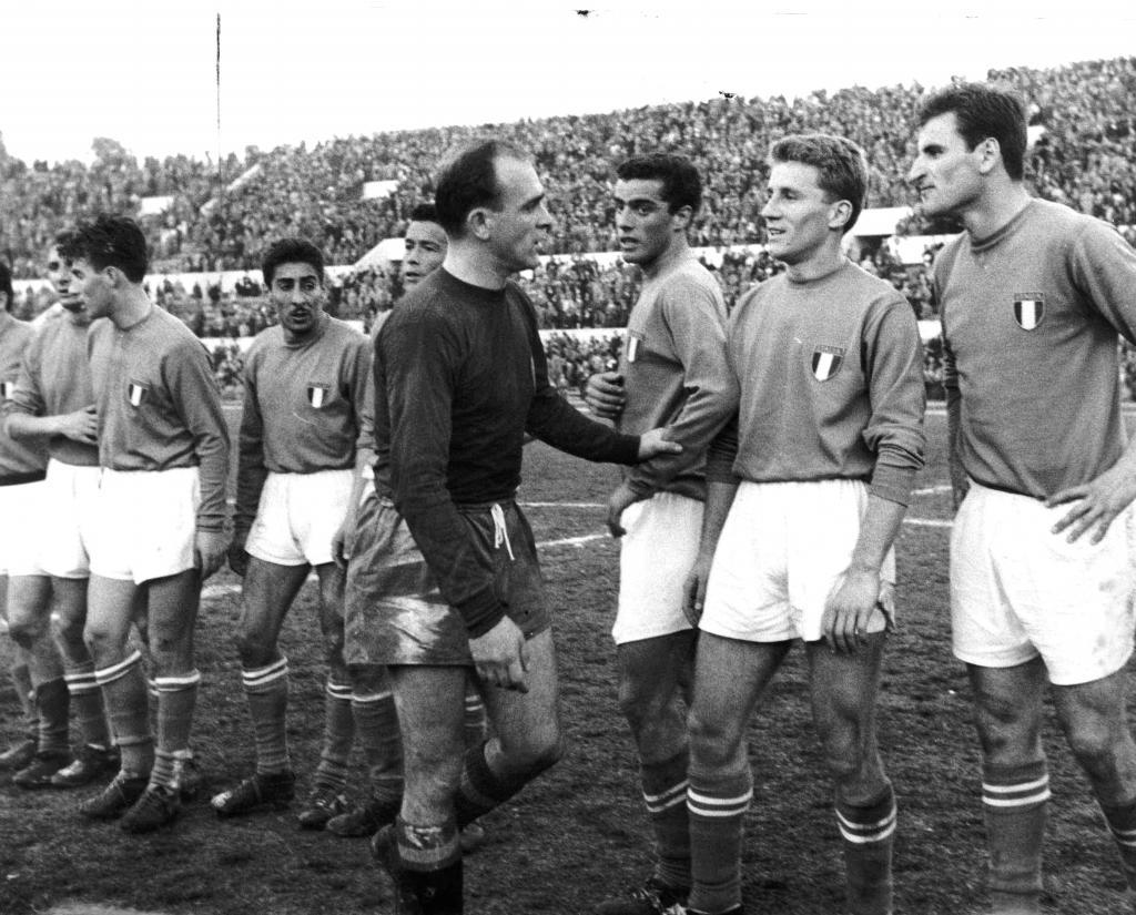 El jugador español (3d) saludó uno por uno a sus rivales de Italia tras finalizar el encuentro.