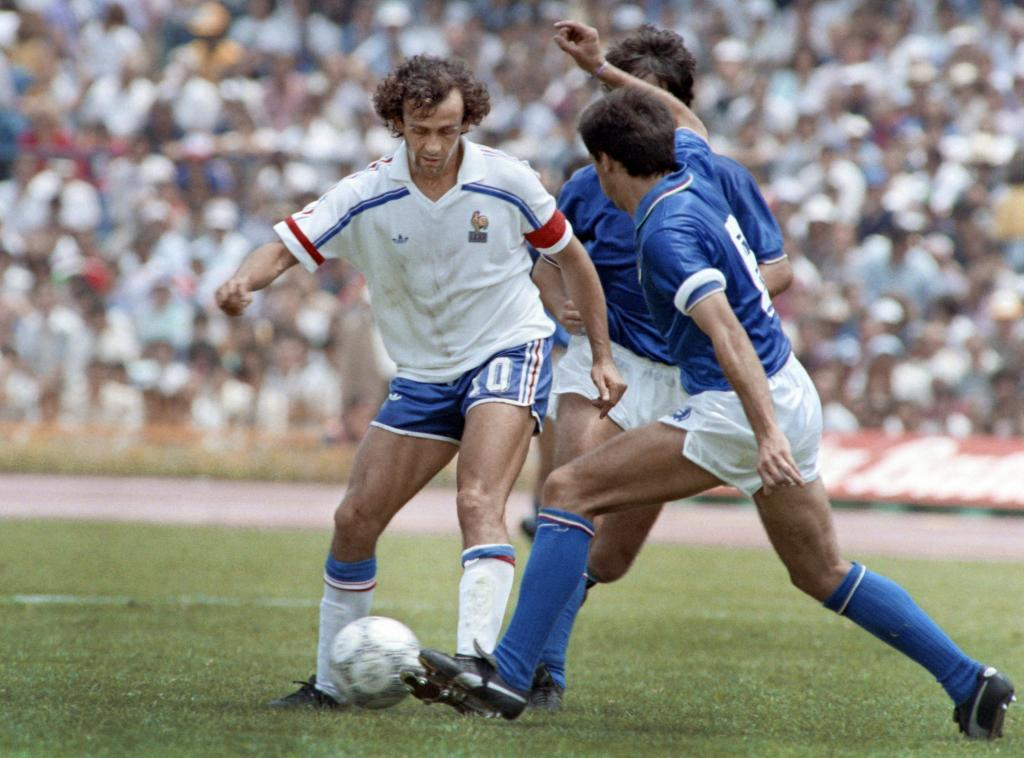 (FILES) In this file photo taken on June 17, 1986 French midfielder Michel Platini (L) fights for the ball during the World Cup football match between France and Italy in Mexico City. / AFP PHOTO / -