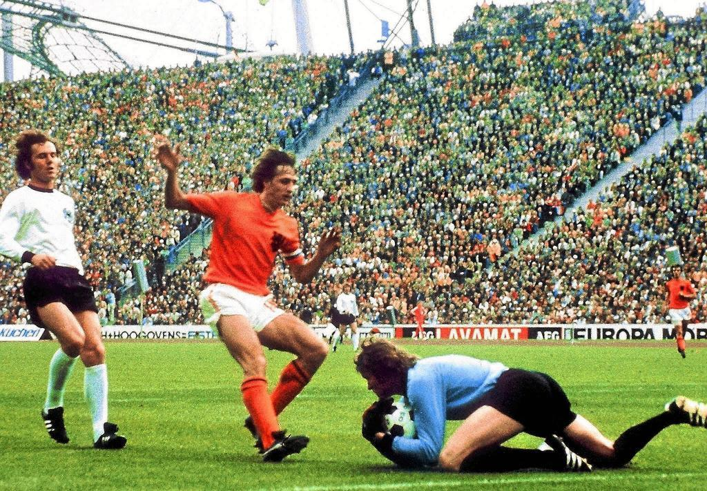WORLD CUP-1974-GER-NED - SPO - Soccer - West German goalkeeper Sepp Maier catches the ball in front of Dutch forward Johan Cruijff as defender Franz Beckenbauer (L) looks on, 07 July 1974 in Munich, during the World Cup soccer final. Host West Germany beat The Netherlands 2-1 to earn its second World Cup title, twenty years after its first win over Hungary (3-2), 04 July 1954 in Bern. AFP PHOTO - MUNICH - BAVARIA - GERMANY - STAFF - lab/dlb - GOALKEEPER