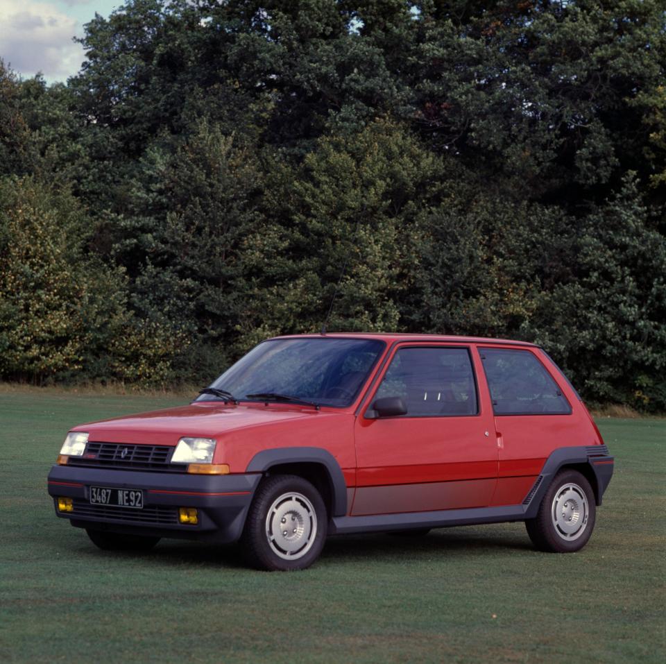 """أول سيارة قادها مورينيو """"رينو5"""" - المصدر صحيفة """"ذا صن"""""""