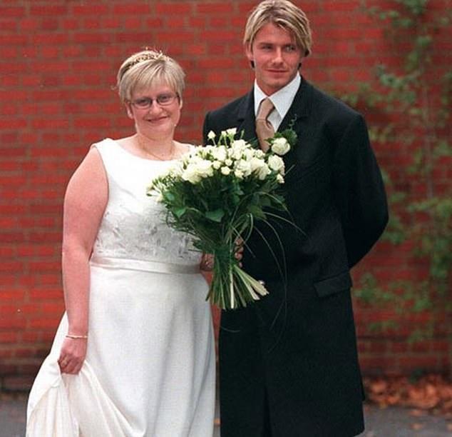 الصورة من ذا صن- بيكهام مع شقيقته لين يوم زفافها عام 99