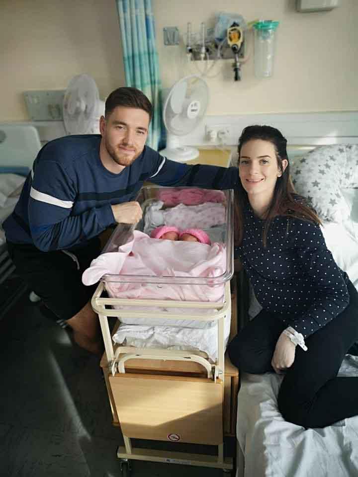الحارس مع زوجته بعد ولادة الطفلتين