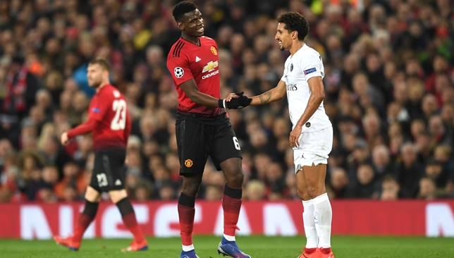 بوجبا يقوم بتحية ماركينيوس أثناء المباراة صورة: Getty Images