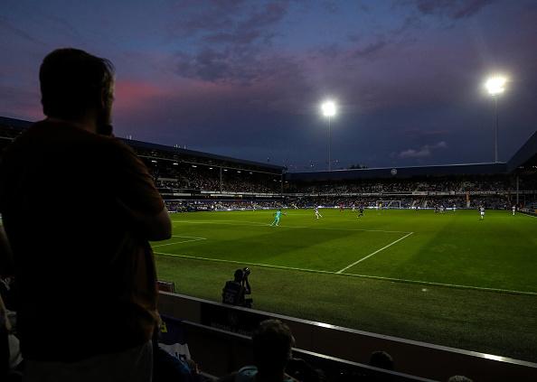 مشجع كرة قدم يحضر مباراة كوين بارك رينجرز ضد بورتسموث في الدور التمهيدي من كأس الحليب الإنجليزية
