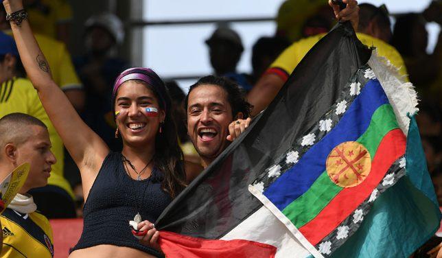 علم مملكة مابوتشي مع علم فلسطين في المدرجات أثناء مباراة تشيلي وكولومبيا في تصفيات المونديال الأخير