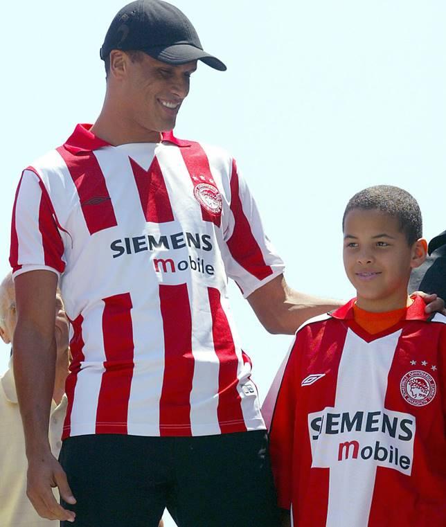 ريفالدو وإبنه أثناء تقديم الأب كلاعب لأوليمبياكوس