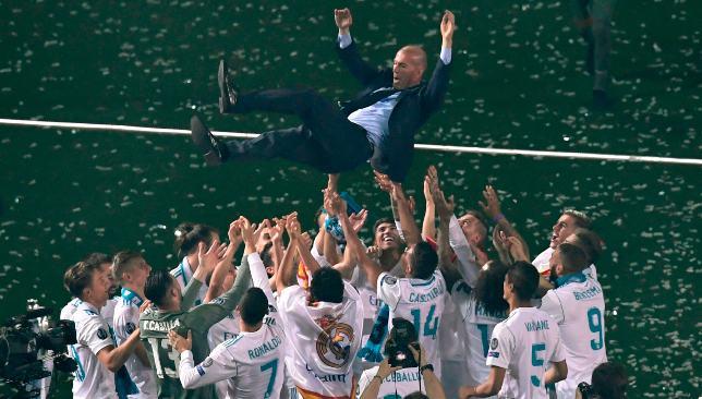 فريق ريال مدريد برفقة مدربه زيدان