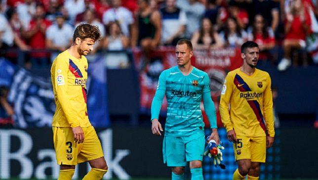 لاعبو برشلونة حزينون خلال مباراة أوساسونا