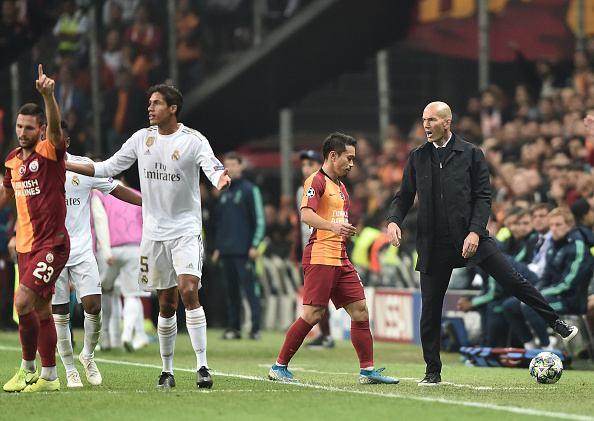 زيدان مدرب ريال مدريد أثناء مباراة جالاتا سراي الأخيرة